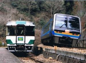 非貫通2000系の特急南風号・坪尻駅