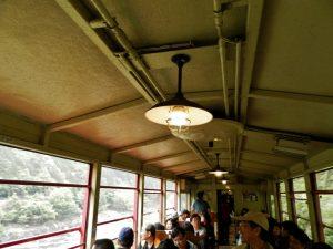 トロッコ列車の天井と裸電球