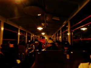 トンネル内のトロッコ客車の雰囲気